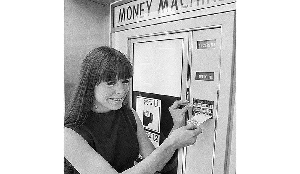 Pengguna mesin ATM tahun 1970